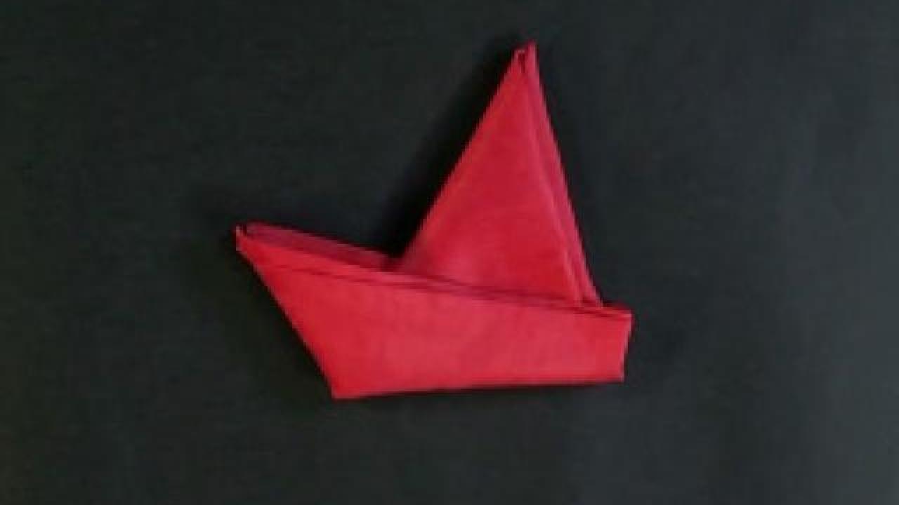 pliage de serviette en papier bateau